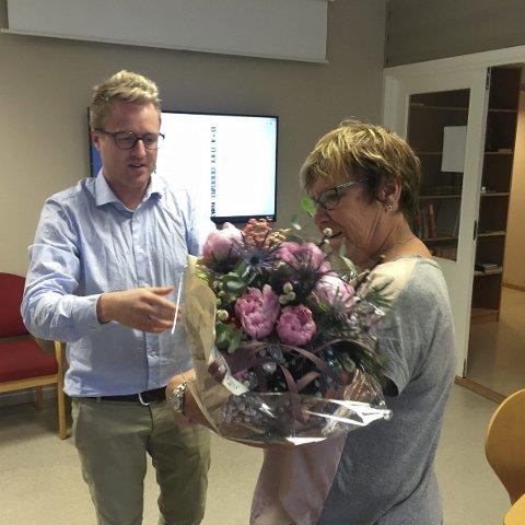 FEKK BLOMAR: Grafikar Gjetrud Hansen går av med pensjon etter 43 år i Hardanger Folkeblad. Foto: Ernst Olsen