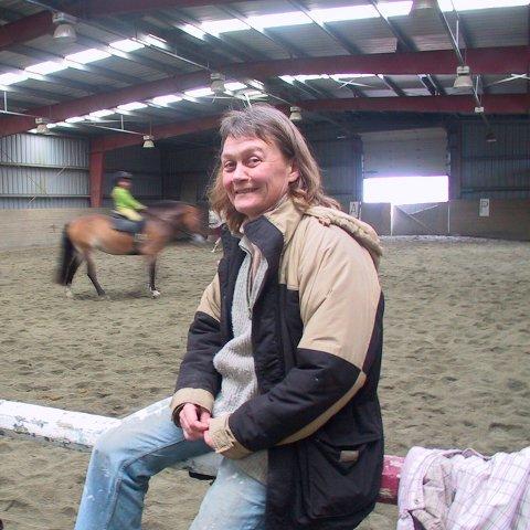 HJEMME: Anne Britt Jacobsen i ridehallen. Arkivfoto: Ole Oddenes