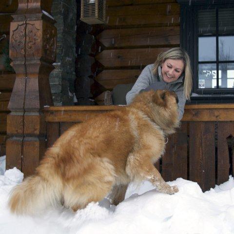 Trivst i snøen: Både Simba og Ingrid Gaard trivest i snøen på Storrlineset på Vågslid.