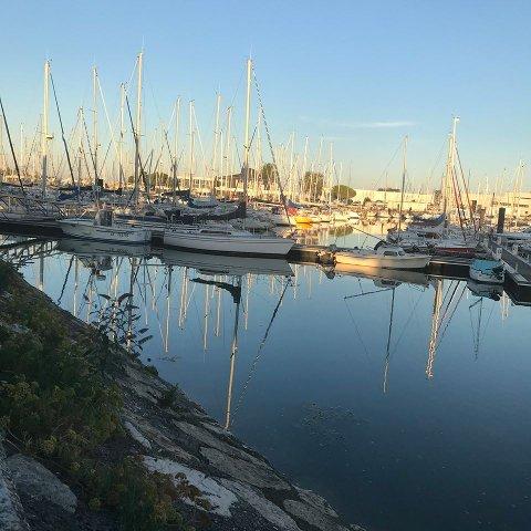 VED HAVET:  La Rochelle ligger ved havet. Det er Nina glad for.