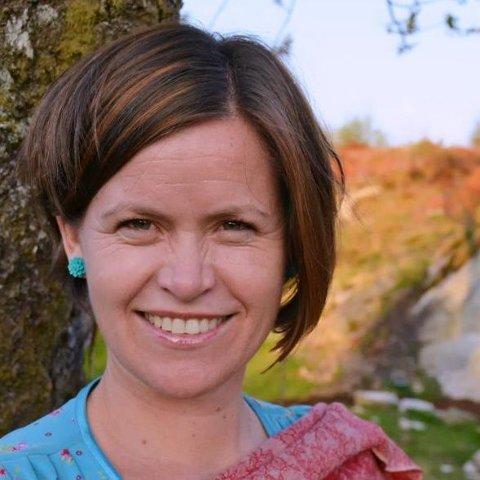 Gro Smørdal er norsklektor på Karmsund vgs. Ansatt ved Karmøy voksenopplæringssenter fra 2002 til juni 2019.