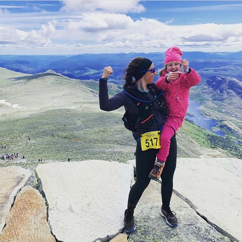 HELT TIL TOPPS: Daniela Scholz Øfelt, her med eldstedatteren på armen, brukte helga til å lade opp med motbakkeløpet Viking Challenge på Rjukan, der målgang er på Gaustadtoppen.