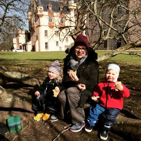 PÅ SLOTTS- OG PARKTUR: Leah( til venstre) og Olav Bergersen har piknik med mamma Kine Valen Bergersen i midten.