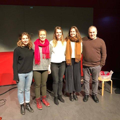 Fra venstre Ingeborg Skomedal Torvanger (cello), Stine Mari Langstrand (sopran), Monica Munkvold Døsen (piano), Vera Krohn Svaleng (regissør), Bjørn Sundquist (skuespiller) på prøver.