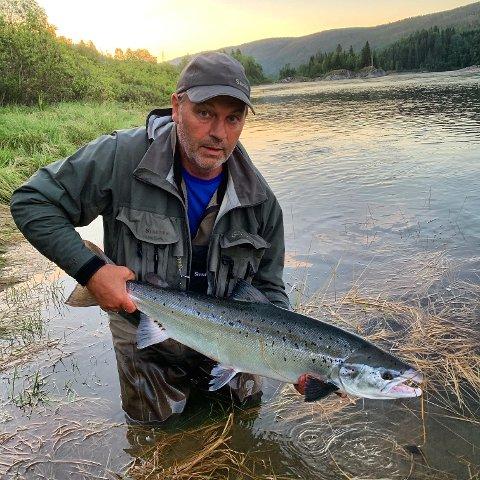Håvard Hatlen med flott fisk, men ikke i nærheten av 20-kilosfisken som ble tatt tirsdag. Denne ble tatt på Moøra på Kvalfors  19. juni og veide 8,5 kilo.