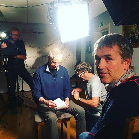 KJENDIS: Kirkenesværing og redaktør Thomas Nilsen ble intervjuet til CBS sitt nyhets- og aktualitetsprogram 60 Minutes – etter at han byttet ut genseren sin.
