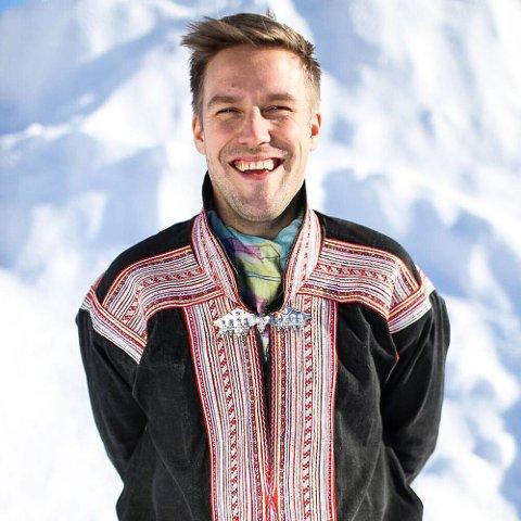 EKSKLUSIV GAVE: Duodjiutøver Ove Stødle henter materialene til sine produkter i nærområdet hjemme i Indre Billefjord.