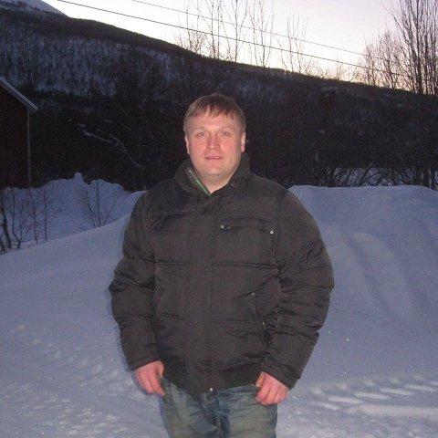 LOKAL BEBOER: En ung mann døde etter en ulykke i Bognelvdalen fredag. Knut Arne Mikalsen oppgir å være en bekjent av den avdøde, og håpte på det beste når han så blålysene ved veien.