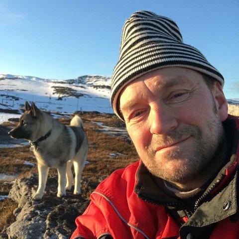 LATTER: - Jeg liker at foøk får flire lutt, sier Knut Alfred Olaussen, her på fjellet med kompisen Kurt.