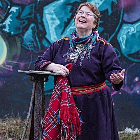 REGERER PÅ SPRÅKVEDTAK OG TOLKENEKT: Den samiske forfatteren Beate Sofie Heide reagerer på at Samiske forfatterforening nekter å ta inn norskspråklige forfattere og at styret nekter å ta i bruk profesjonell tolk under styremøtene: – Her er det diskriminering fordi man ikke snakker og skriver samisk. Det blir en veldig liten gruppe forfattere som kan kalle seg for samisk hvis det er kriteriene, fastslår Heide.
