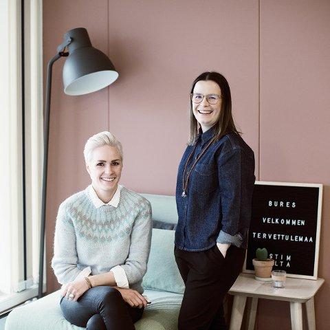 DEN FØRSTE I SITT SLAG: Marie Louise Somby og Karine Kimo Pedersen ved Árvu er en av flere bedrifter som står som arrangører av den første samiske designmessen i sitt slag.