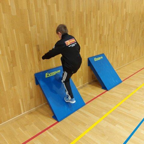 SNUBRETT: Noe av innkjøpet til friidrettsgruppa i Vadsø gikk til snubrett. Fossmellem forteller at disse i utgangspunktet er plassert i hver ende av salen. Når utøverene løper intervall så kan de løpe opp på disse brettene, eller sette beine på i vendingen. Dette gir et mer naturlig steg, og det forhindrer skader i form av overtramp.