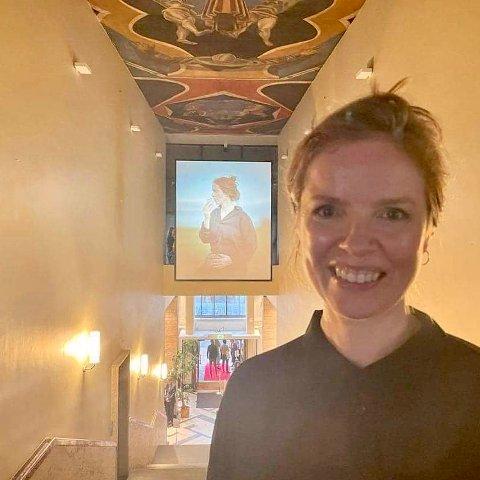 TO GANGER HELENE: Lørdag var Helene Hokland på åpningen av Statens kunstutstilling, Høstutstilling. Ved inngangen hang ingen ringere enn Helene selv, som man kan se i bakgrunnen av bildet.