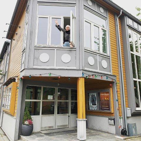 HÅPER PÅ FULLT HUS: Allerede lørdag kveld er det muligheter for å fylle opp salen I Festiviteten når Pulverkaffeteateret har sin siste forestilling. Kristin Nordberg Norum er klar for å ta imot publikum.