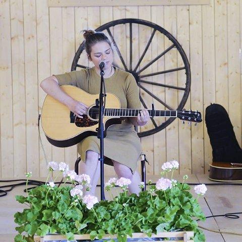 Inderlig: Frida Hidle Gravdal imponerte med sin sarte og nydelige stemme under konserten i låven på Aur prestegård lørdag.