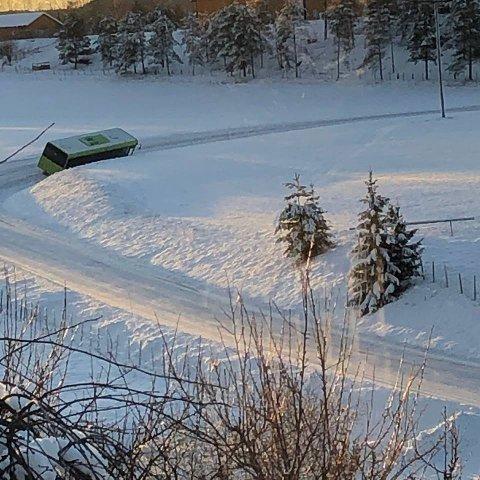 Skolebussen havnet i grøfta da den skulle gjøre plass til en møtende bil.
