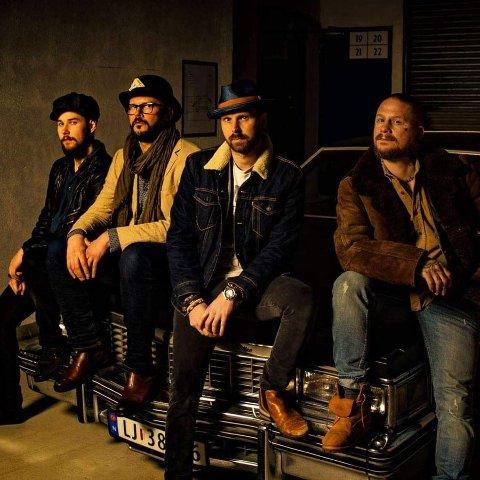 SATSER: Few Dollars More, med vokalist Tomas Engnes (t.h.) fra Gansdalen i besetningen, satser mot utlandet. Nå har orkesteret også sin egen podcast, kalt Backstage.