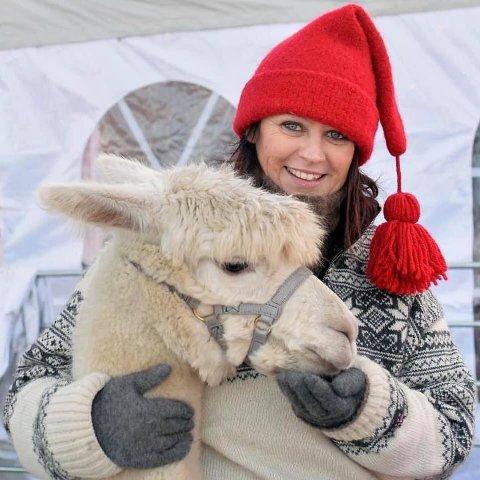 GAMMELDAGS JULESTEMNING: Kari-Anne Ellingsen og ektemannen Geir inviterer til gammeldags julemarked på Killingmo gård til helga.