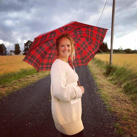 ER GLAD I HØSTEN: Maiken Bettinah Syverudaasen, aka Betty Roots, elsker høsten. – Det har med fargene, temperaturen, mørket som sniker seg på innekvelder, peis og å gå i hi å gjøre.