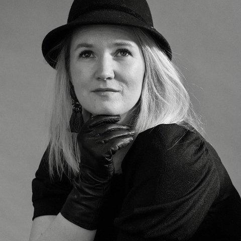 SATSER ALT PÅ ETT KORT: Maiken Bettinah Syverudaasen aka Betty Roots, har leid kultursalen på Bjørkelangen for å spille konsert i januar 2022. 38-åringen har også søkt på Høyskolen i Kristiania for å ta en bachelor i musikkteater.