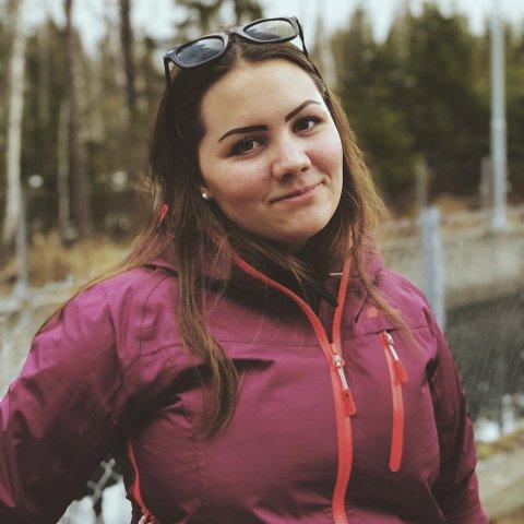SKIFTER DEKK: Mari Iselin Bergh Bråtesveen tar på seg å skifte dekk for å få litt ekstra lommepenger til russetiden. Sånt blir det debatt av.