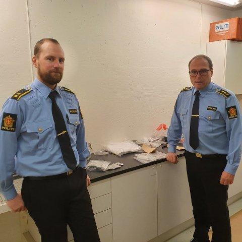 Gjorde beslag: Politikontakt Thomas Johansen (t.v.) og lensmann Tom Giertsen med beslaget.