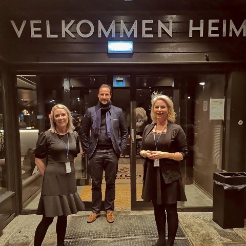 KONGELEG BESØK: Mette Vigre og Else Strøm Larsen tykte det var stas å få besøk av kronprins Haakon på Hotell Jæren.