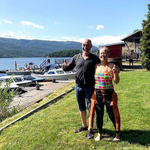 ENDELIG FRAMME: Kristofer Larsen og Unni Dahl Ottesen kan slappe av etter en mer enn seks timer lang svømmetur. Foto: Privat