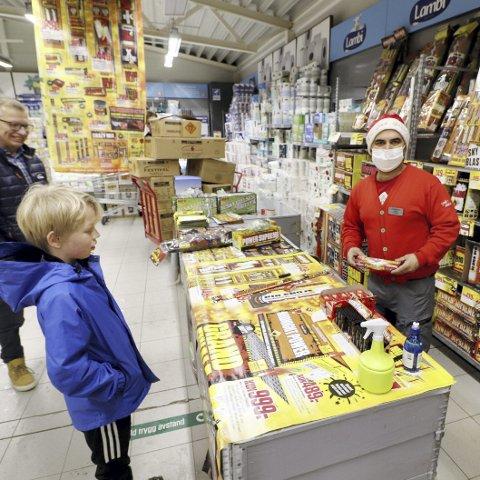 Startet salget fjerde juledag: Butikksjef Harjindar Singh ved Europris på Bentsrud er også i år et av fyrverkeriutsalgene i Holmestrand. Foto: Pål Nordby