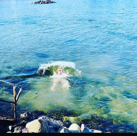 Påskebad: Maria Karine Aasen-Svensrud tok sjansen og hoppet uti, til tross for få grader i vannet. Foto: Lise Christoffersen