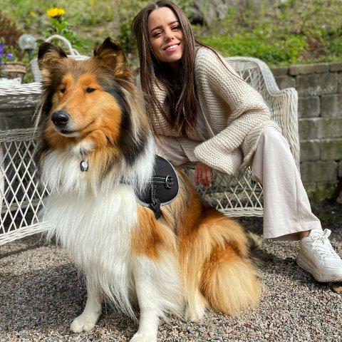 DUOEN: Anette Lyngbø bor nå midt i sentrum, sammen med hunden sin Indie. Det er vanskelig å komme utenom måkeskrekken, men hun trives så godt at hun heller vil gjøre det beste ut av det og tar med seg paraplyen på tur med Indie selv når det ikke regner. – Jeg har ikke noe hat mot måker, poengterer hun. – Innlegget på Facebook var ment om et selvironisk innlegg, men med håp om litt bidrag til informasjon om årets hekking, forteller Lyngbø.