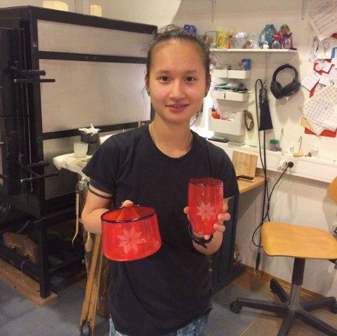 GLASS: En stolt Miriam viser fram arbeidene sine.