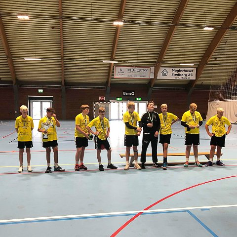 Sølvgutter. Kragerø gutter født i 2005 mottar sine sølvmedaljer. Det ble tap ettmålstap i finalen for Nærbø.