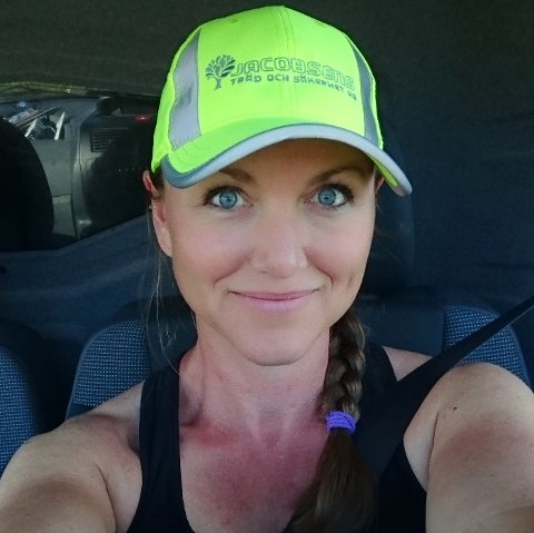 MANGE FØLGERE: Ann Elisabeth Jacobsen fra Sveio har over 40.000 følgere på Instagram. Folk vil se henne felle trær.