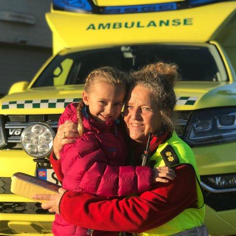 AMBULANSEN: Pia tok turen til ambulansen for å overrekka pengegåva ho hadde samla inn. Her er Pia saman med ambulansetilsett Magny P. Bratberg. (Foto: Privat).