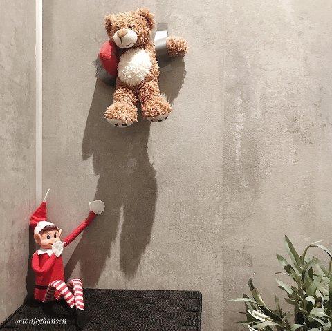 BAMSE: Ein morgon var det synet av bamsen til Olea som var teipa opp på veggen som møtte familien Grønstøl Hansen. Rampenissen Noldus sat nedanfor med eit smil om munnen. (Foto: Privat).
