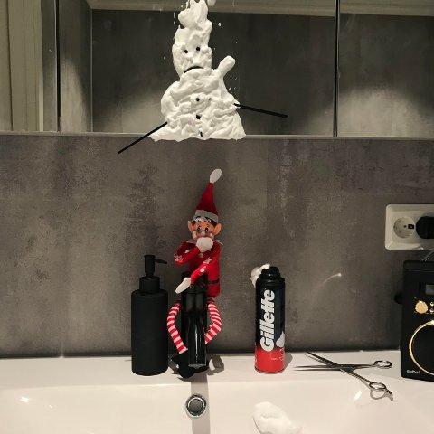 SNØMANN: Ei natt hadde Noldus brukt opp barberskummet til pappen i huset og laga ein snømann i spegelen av det. (Foto: Privat).