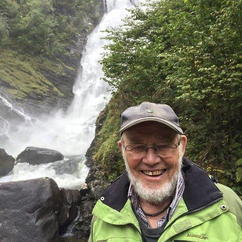 Veteran i vassdragsvernarbeid og frivillig i Naturvernforbundet, Per Flatberg, vil kjempa for å verna Hellandselva. Her er Flatberg ved Ørredalsfossen ved Øystesevassdraget.