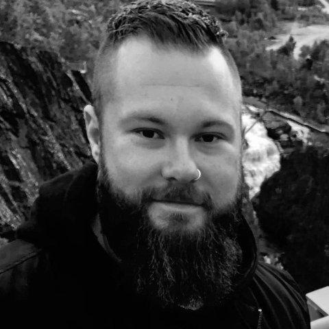 Utflytta valebu, Tormod Heimstad, fekk seg jobb i Skadealliansen AS, og busette seg i Loddefjord, nær bylivet og kompisgjengen som studerer i Bergen.