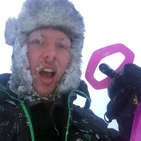 MORO: Arrangør Kjetil Nørstebø har hatt noen turer med akebrettet i Uvdal skisenter før NM i rumpeakebrett på lørdag.