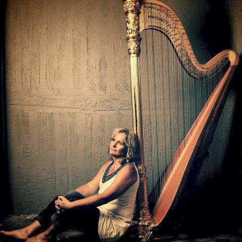 TONER TIL TRØST: Runi Wold Kristiansen tar med harpen til Kongsberg kirke for å spille både lørdag og søndag.