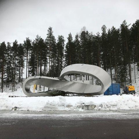 MØBIUS: Nå er Møbiusen på plass i rundkjøringen ved Sellikdalen.