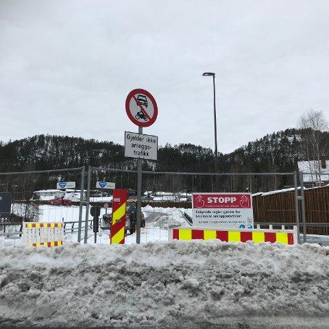 STOPP: Åpningen ble utsatt og nå tør ikke veivesenet love når veistubben åpner.