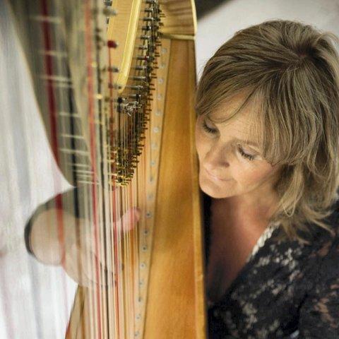 MUSIKER: Runi Wold-Kristiansen er harpelærer. Torsdag skulle hun og elevene ha kirkekonsert, men nå må konserten utsettes.