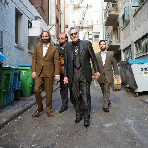 BLUES: Rick Estrin & The Nightcats spiller blues i Christians kjeller 5. juli.