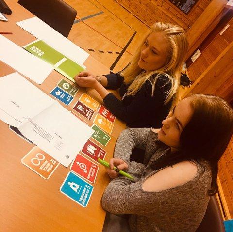 Videregåendeelever fra 1. og 2. klasse på service og samferdsel arrangerte kreative øvelser og gruppearbeid for 9. klassingene.