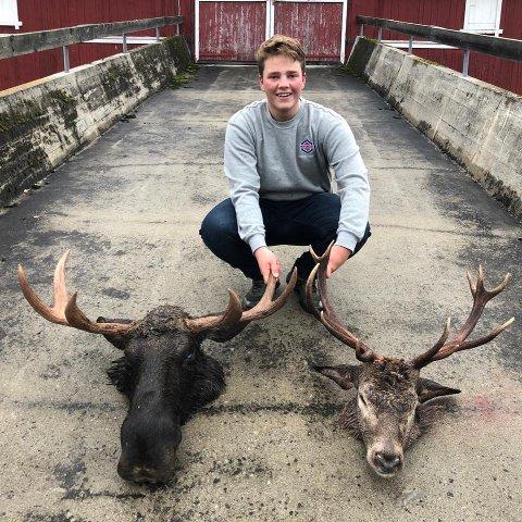 BLINKSKUDD: 17 år gamle Heine Kongsjorden fra Rollag fikk med seg både elg og kronhjort første uka i årets elgjakt. Foto: Privat
