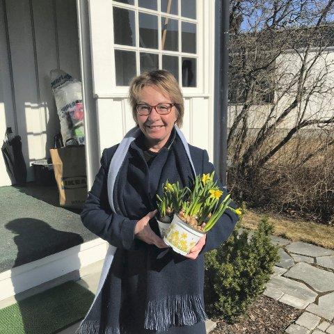 VÅR I LUFTA: Aud Sperle har handlet inn de første vårblomstene.