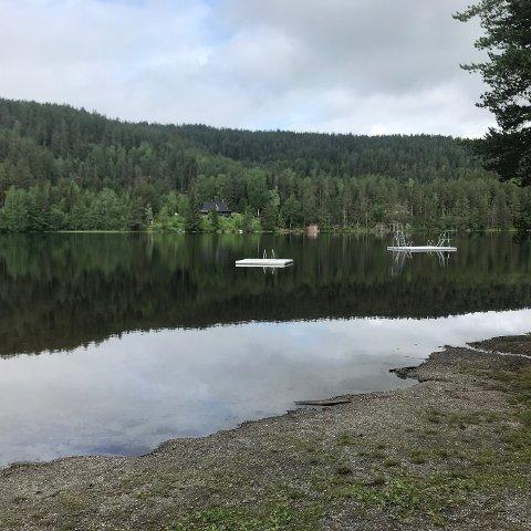 BADING: Det var stille på Kjennerudvannet mandag formiddag. Utover i uka er det ventet pent vær og da vil sikkert antall badegjester øke.