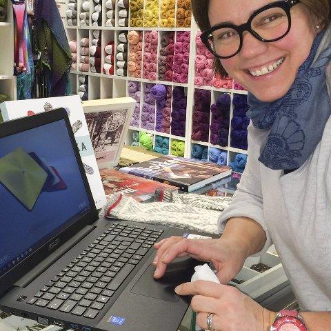 Logger på: Hanne Bolle hos Husfliden på Leknes er klar til å hjelpe kunder som vil strikke noe de har sett på nett.